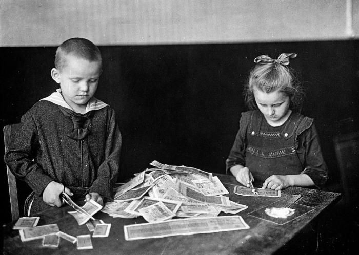Дети играют с банкнотами, которые превратились в бумажки из-за инфляции.