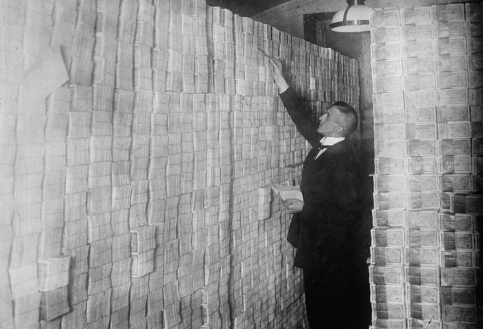 Банкир в Берлине считает пачки денег.