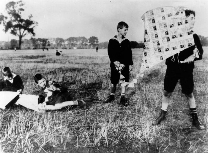 Дети смастерили воздушный змей из обесцененных банкнот.