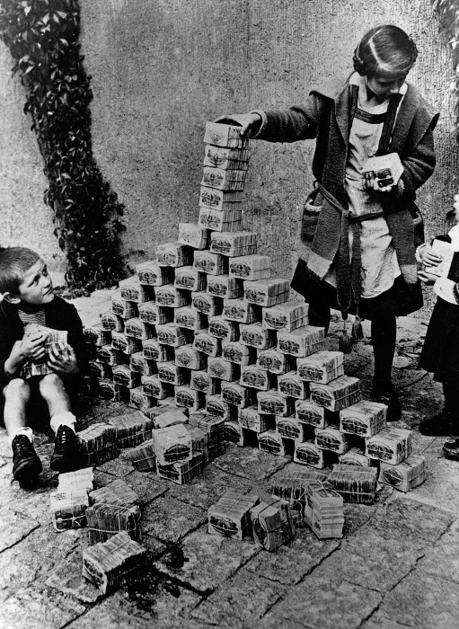 Пачки денег вместо кубиков.