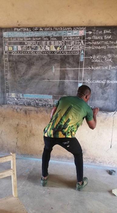 Учитель информатики рисует на доске то, что пользователи видят на экране компьютера.