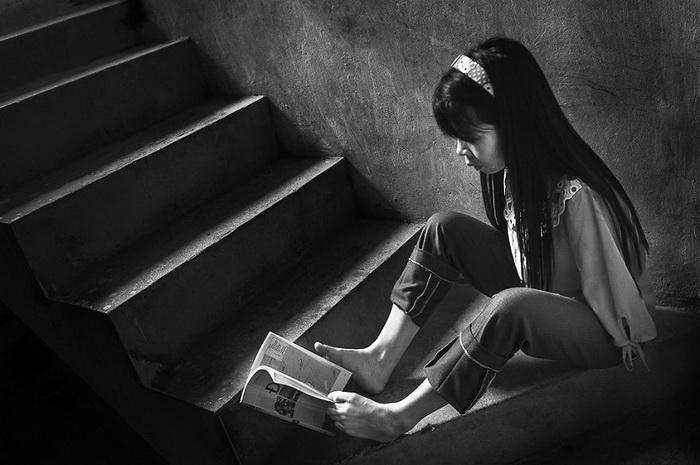Девушка любит читать в свободное время
