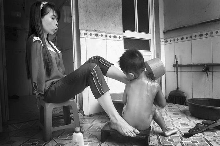 Девушка без рук купает племянника