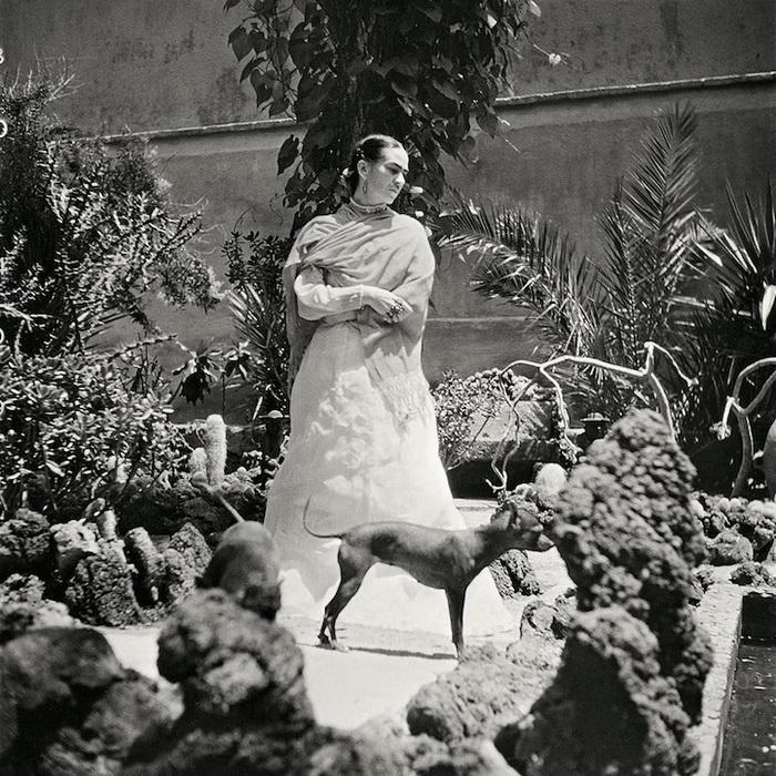 Фрида со своими любимцами в саду