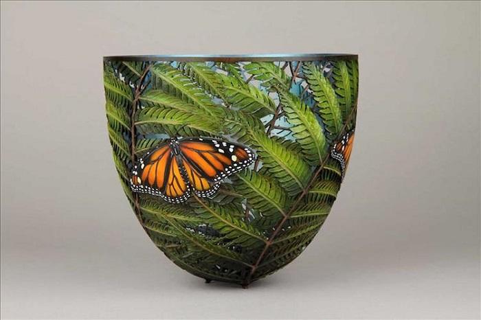 Тончайшие крылья бабочки и листья папоротника
