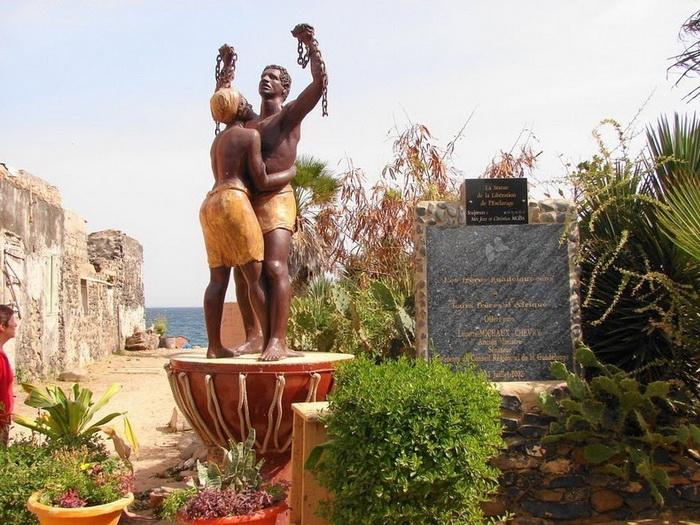 Статуя у Дома рабов