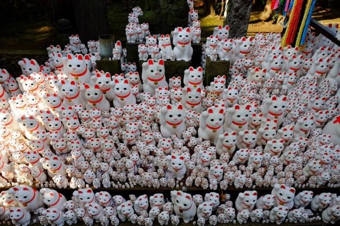 Скульптуры котов в храме Готоку-дзи