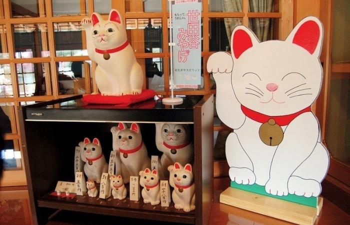 Разнообразные статуэтки манэки-нэко, приносящие удачу и богатство