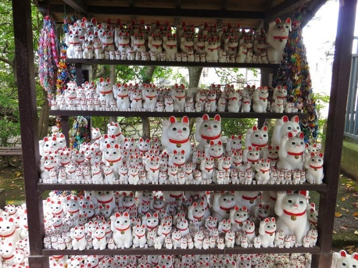 Сотни разнообразных скульптур в храме Готоку-дзи (Токио)