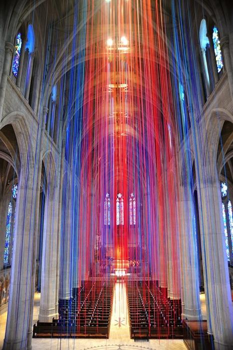 Для инсталляции потребовалось более 1000 разноцветных атласных лент