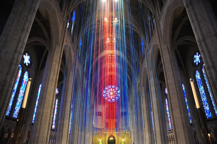 Graced with Light: яркая инсталляция в соборе Грейс (Grace Cathedral)