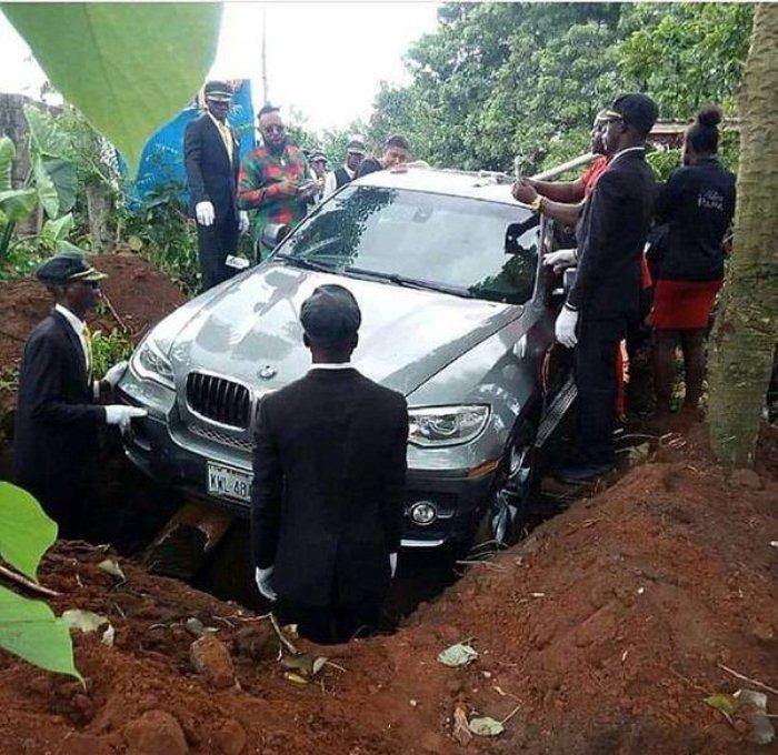 Похороны нигерийца в BMW.