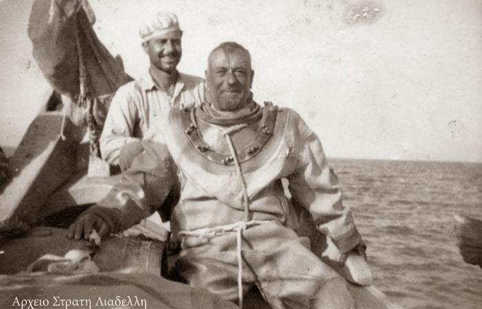 Ныряльщик на лодке в скафандре