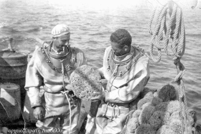 Ныряльщики рассматривают улов