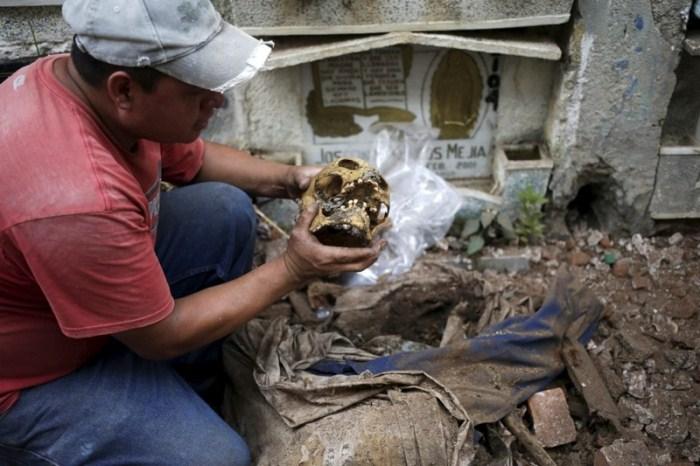 Чистильщики могил - нужная профессия на кладбищах в Гватемале
