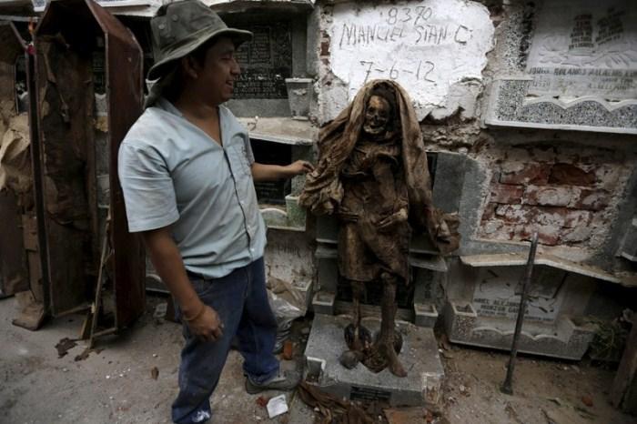Чистильщик могил извлек мумифицированное тело