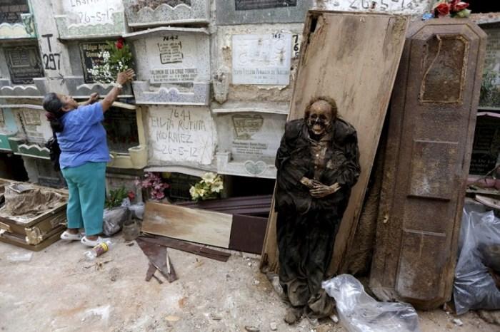 Женщина принесла цветы на могилу усопшего