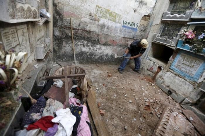 Чистильщик могил разбивает очередной склеп для эксгумации тела