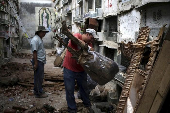 Ежедневный труд чистильщиков могил