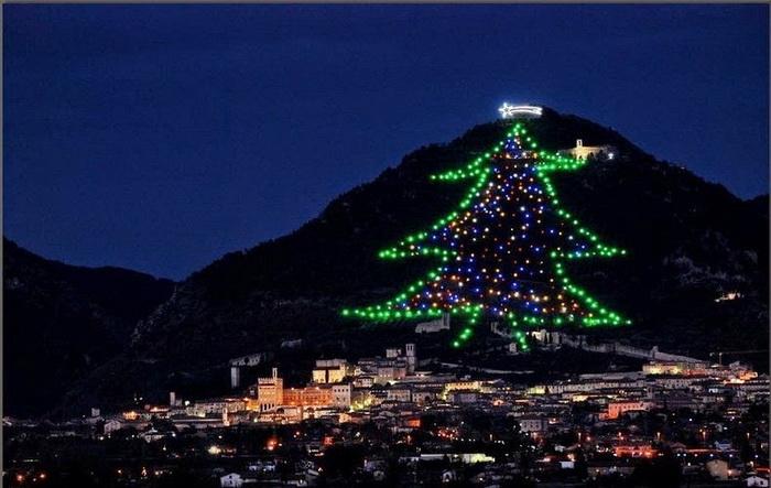 Самая большая в мире рождественская елка (Губбио, Италия)
