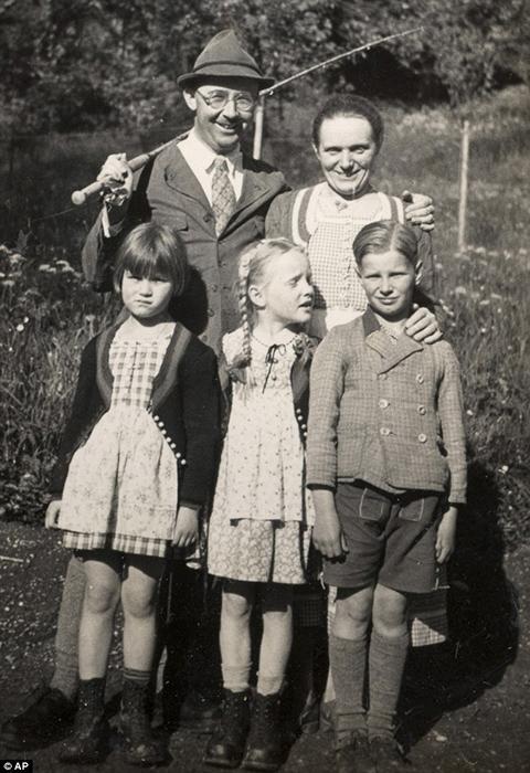 Семейный портрет: Гиммлер с женой Маргой, по центру Гудрун, справа приемный сын Герхард, слева подруга Гудрун