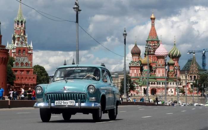 ГАЗ-21 *Волга* - участник ГУМ-авторалли на Красной площади.
