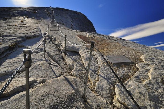 Подниматься по канатной лестнице нужно с большой осторожностью