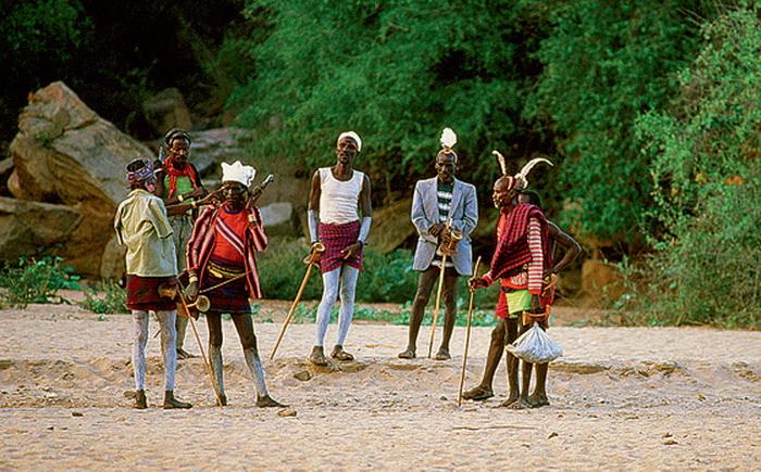 Старейшины племени в лучших нарядах на обряде инициации