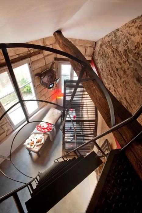 Узкая лестница, ведущая к спальному месту