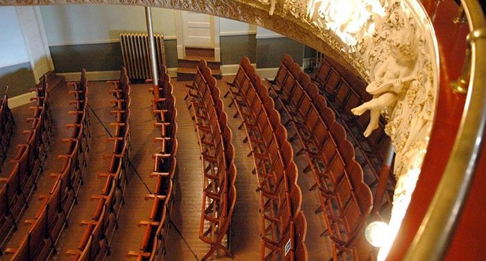 Демаркационная линия в зрительном зале оперы.