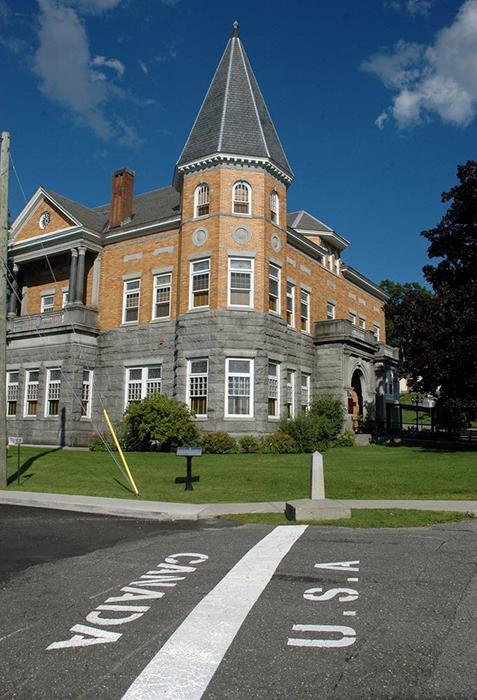 Здание библиотеки построено на территории двух государств.