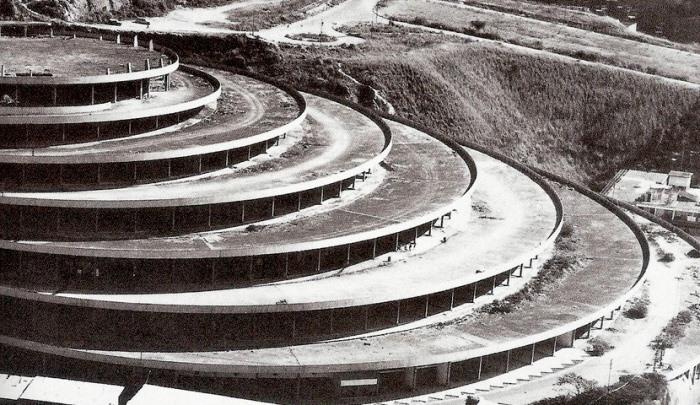 В гигантском здании предусмотрен пандус для автомобилей.
