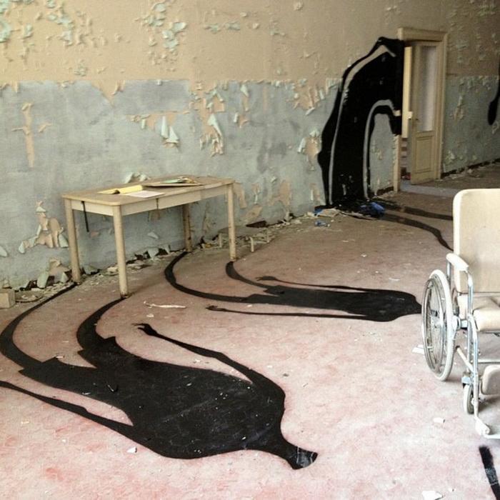 Герберт Баглионе разместил множество теней в психиатрической больнице в Парме (Италия)