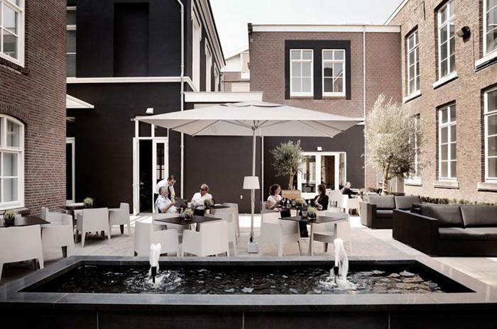 Уютный внутренний дворик отеля Het Arrestuis