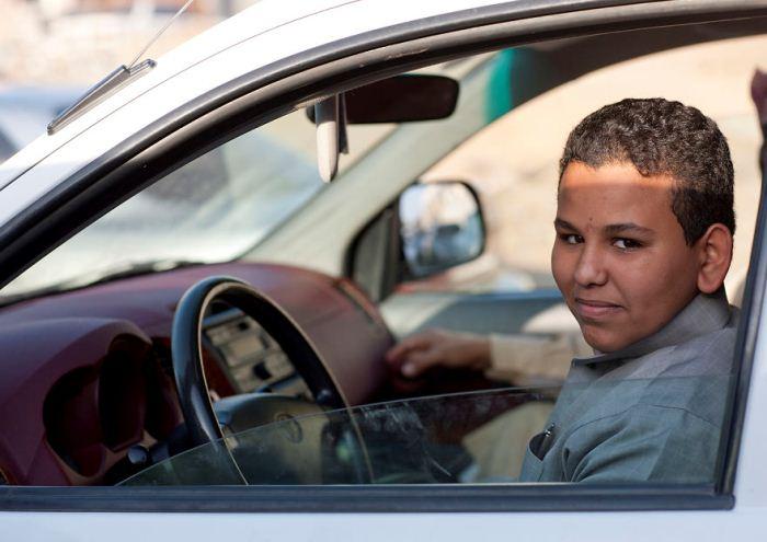 Юноша за рулем автомобиля.