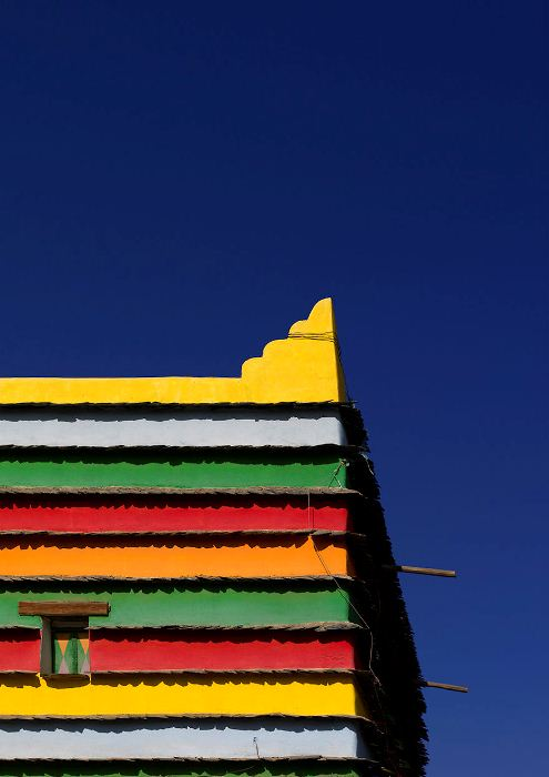 Разноцветные стены дома.