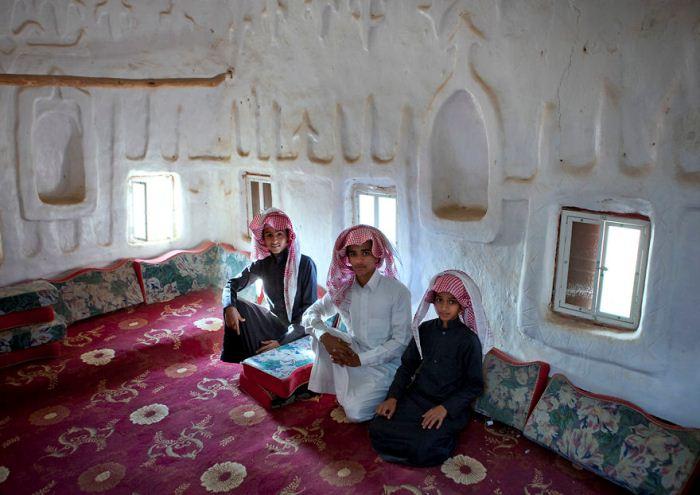 Семья в старинном каменном доме, какие характерны для юга страны.