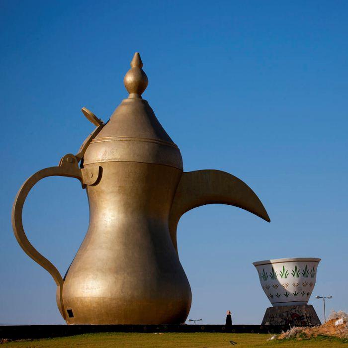 Кофейник высотой в 20 метров и кофейная чашечка.