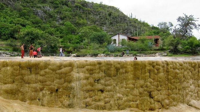Вода выплескивается через край природного бассейна