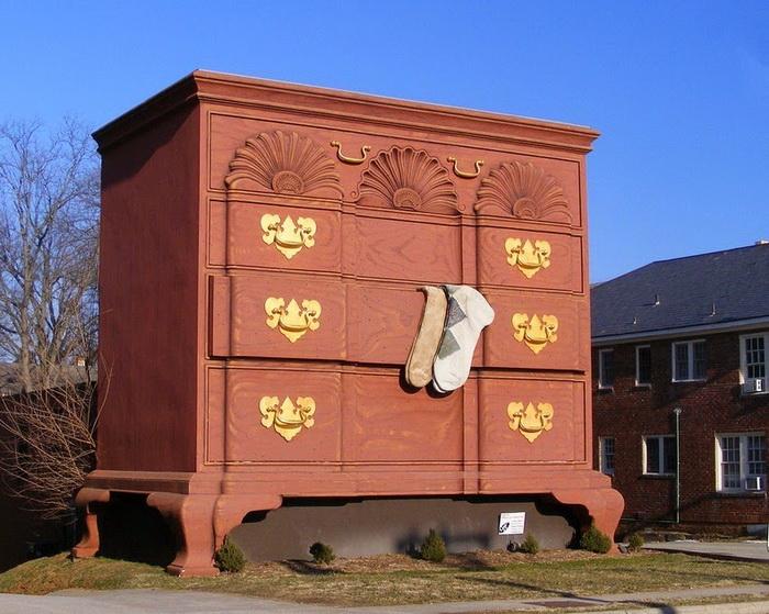 Гигантский комод в городе Хай-Пойнт (США)