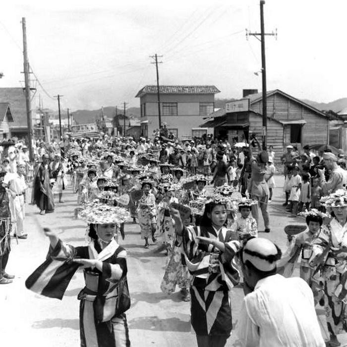 Праздничный парад на улицах Хиросимы