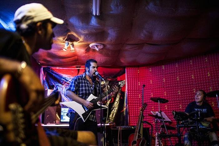 Закрытый концерт, поскольку рок-музыка запрещена в Иране