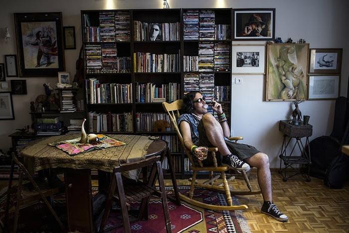 Местный артист Eylya отдыхает в своей квартире
