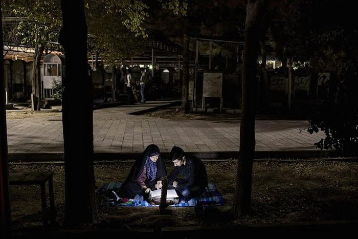 Пара читает Коран на кладбище
