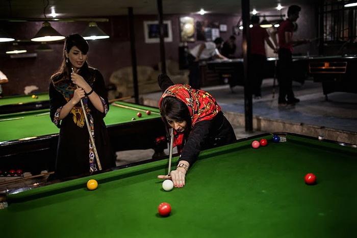Женщины играют в бильярд, хотя вход в клуб разрешен только мужчинам