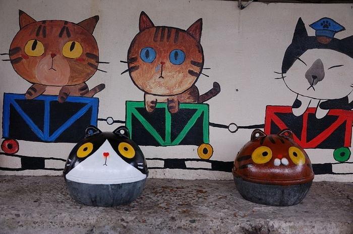 На улицах Houtong много кошачьей символики