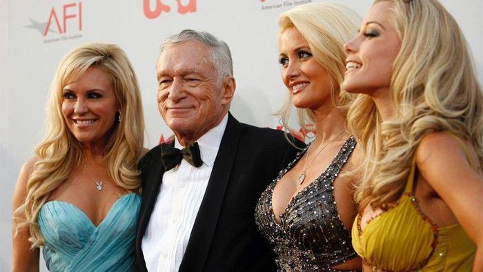 Хью Хефнер с моделями Playboy.