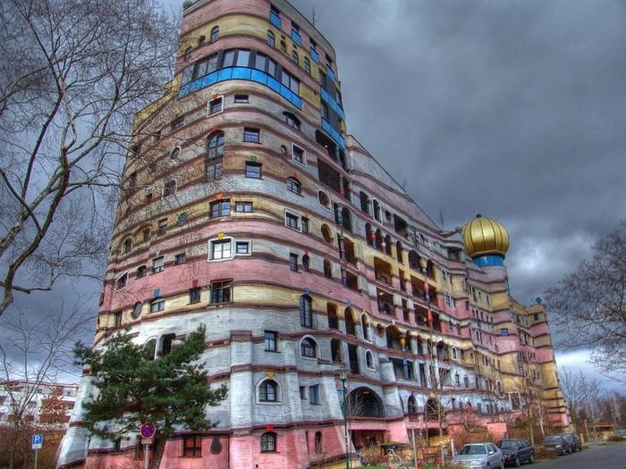 Хундертвассер нередко украшал свои дома куполами-маковками