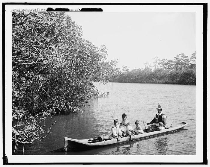 Индейцы на каноэ. Снимок сделан во Флориде около 1910-20 гг.