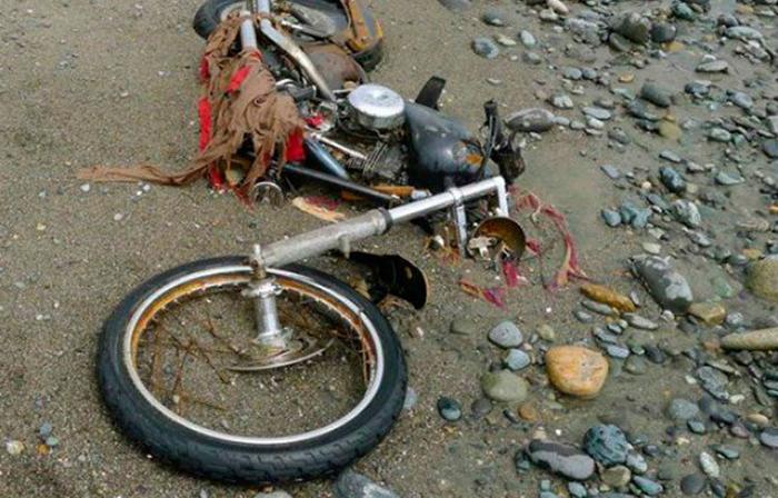 Мотоцикл, выброшенный на берег после цунами.
